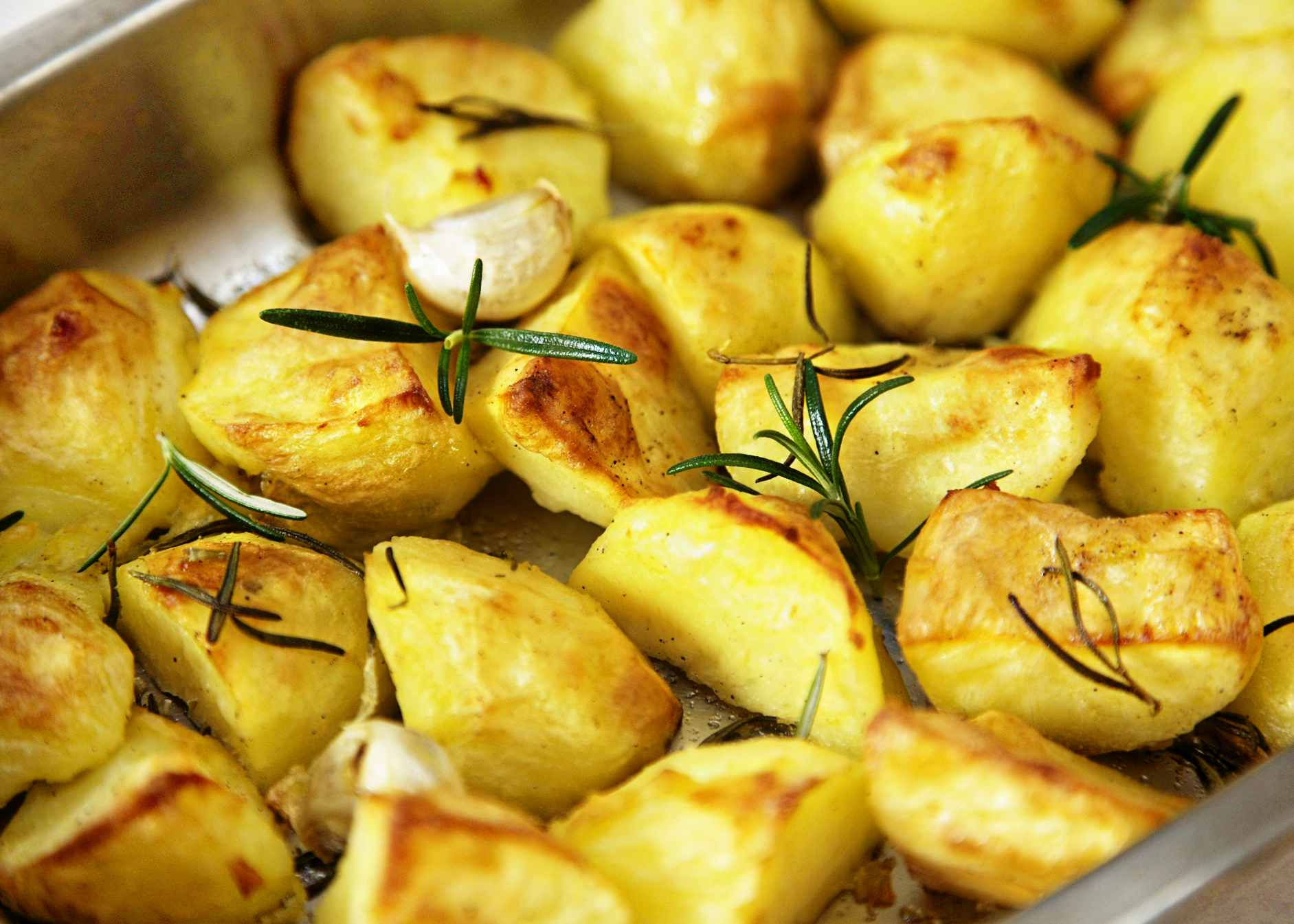 Roast potatoes with rosemary and garlic - Lemon Squeezy